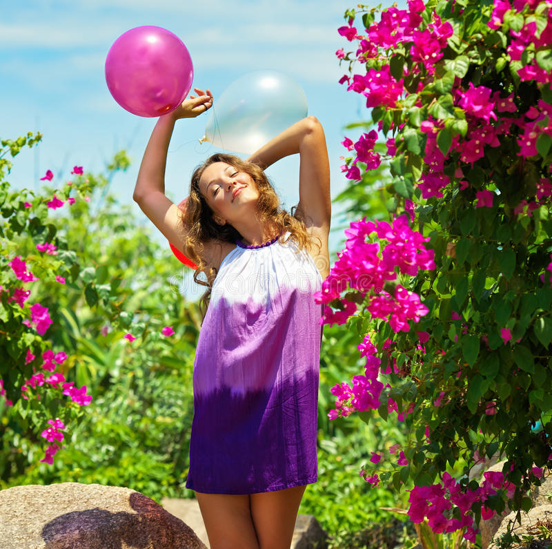 Schöne glückliche junge Frau im Freien lizenzfreies stockbild