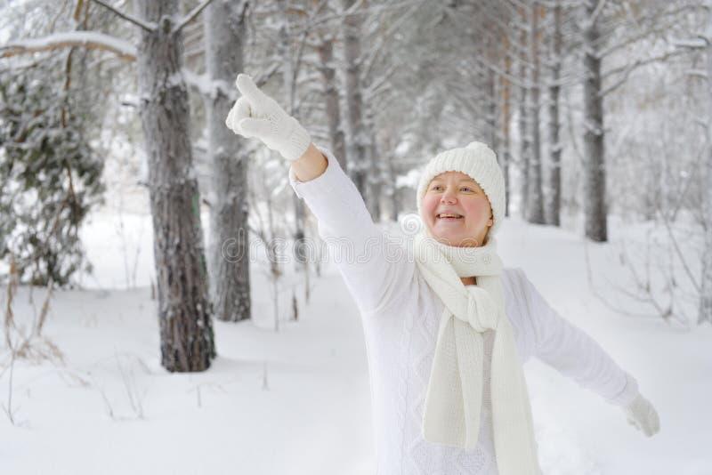 Schöne, glückliche, lächelnde Frau zeigt einen Finger, behandschuht stockbilder