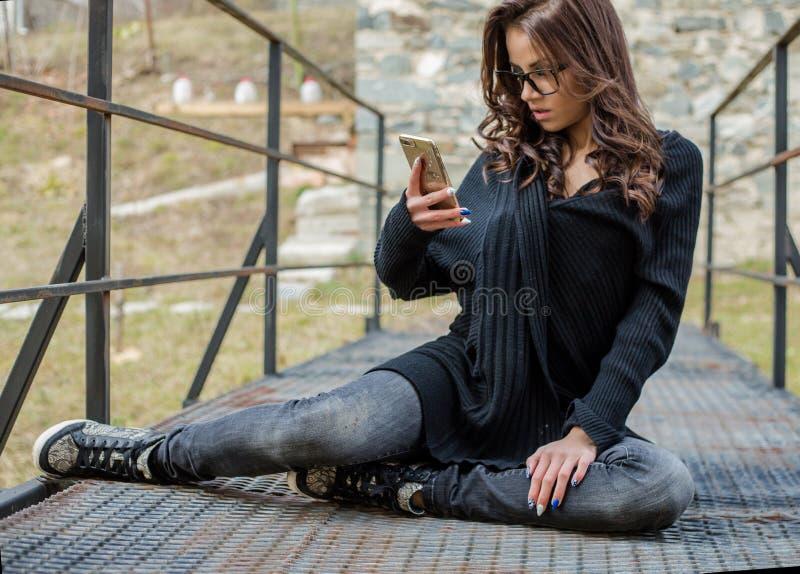 Schöne glückliche moderne Frau, die am Handy spricht lizenzfreies stockbild