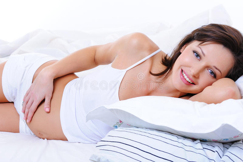 Schöne glückliche schwangere weibliche berühren ihren Bauch stockfotografie