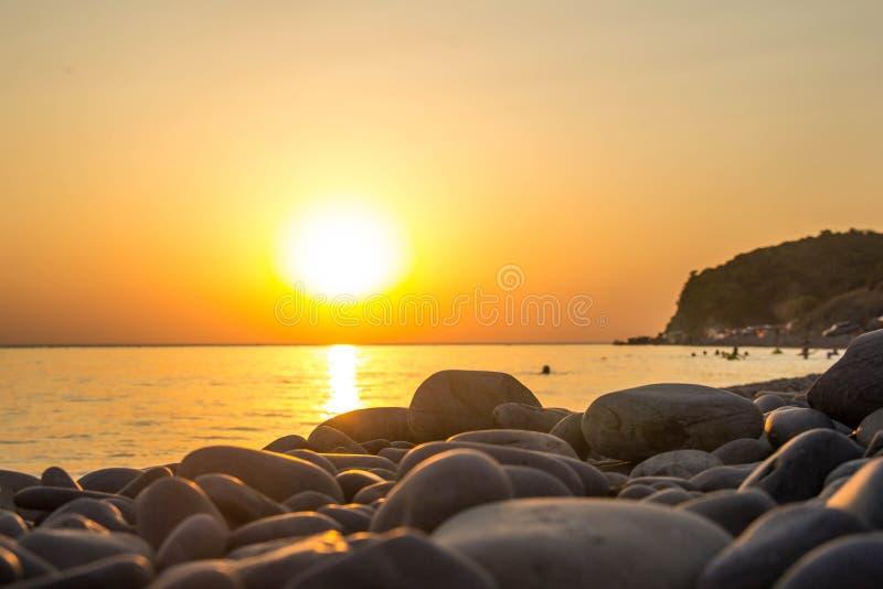 Schöne glühende Sonnenunterganglandschaft an Schwarzem Meer und am orange Himmel über ihm als Hintergrund stockfoto