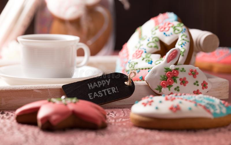 Schöne glasig-glänzende Ostern-Plätzchen auf Holztisch lizenzfreie stockfotografie