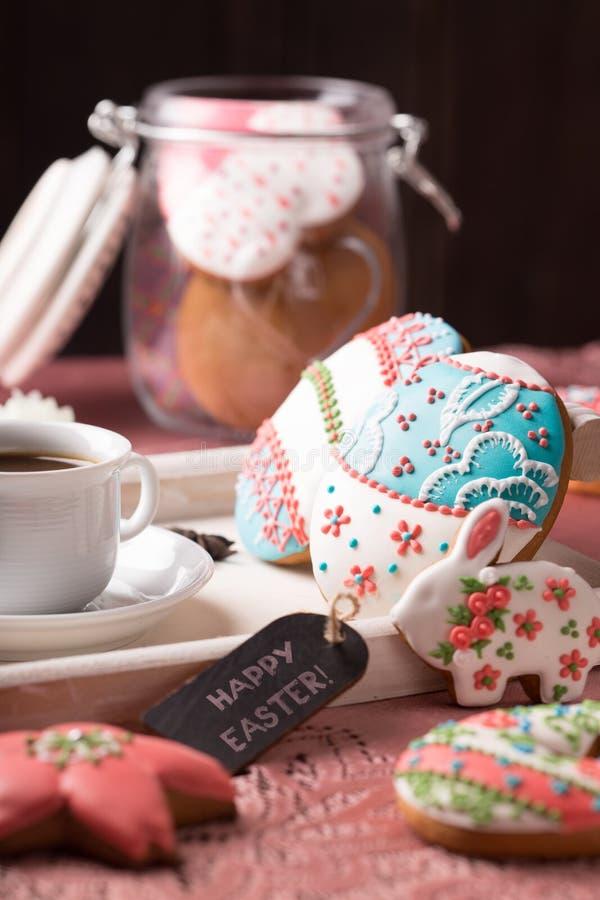 Schöne glasig-glänzende Ostern-Plätzchen auf Holztisch stockbild