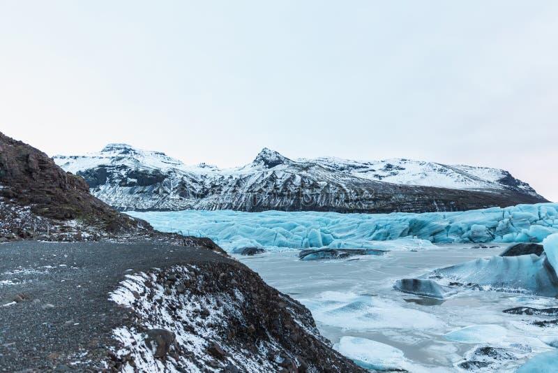 schöne Glazial- Landschaft mit Bergen und Eisbergen, Svinafellsjokull lizenzfreies stockfoto