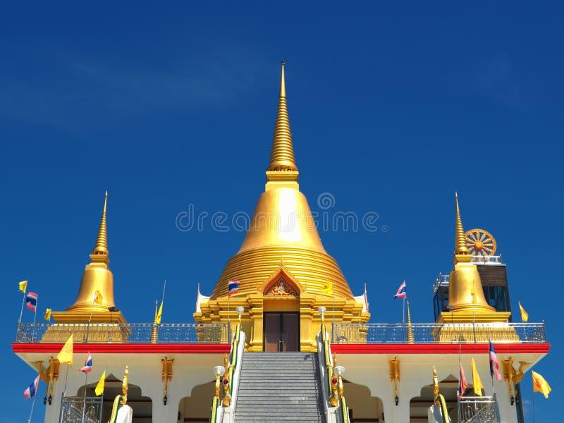 Schöne goldene chedis steigen in blauen Himmel an stockbild