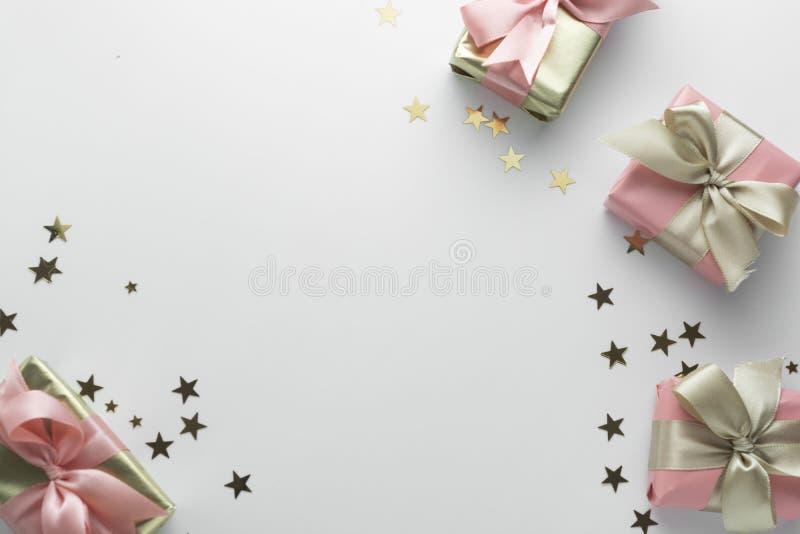 Schöne goldene Geschenke glitter conffeti rosa Bögen Band weiß Weihnachten, Feier, Geburtstag Celebrate glänzend stockbild