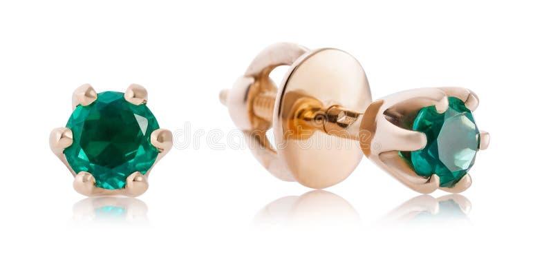 Schöne goldene Ohrringe mit Smaragd lokalisiert Das Foto wurde mithilfe des Stapelns gemacht lizenzfreie stockbilder