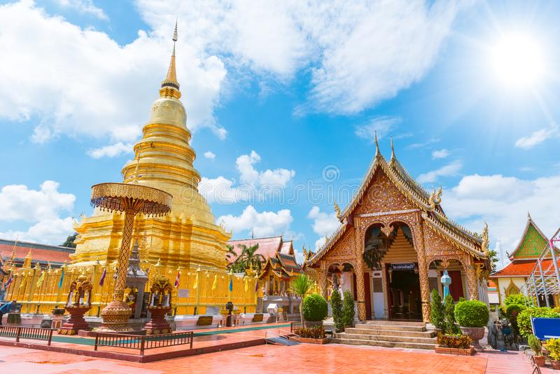 Schöne goldene Pagode bei Wat Phra That Hariphunchai stockbilder