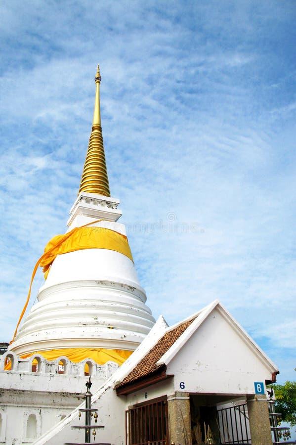 Schöne goldene Pagode mit blauem Himmel, Thailand lizenzfreie stockfotos