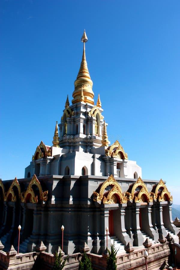 Schöne goldene Pagode mit blauem Himmel, Thailand stockbild