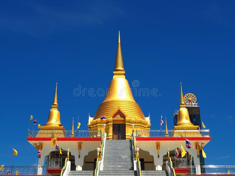 Schöne goldene stupas steigen in blauen Himmel an lizenzfreie stockfotografie