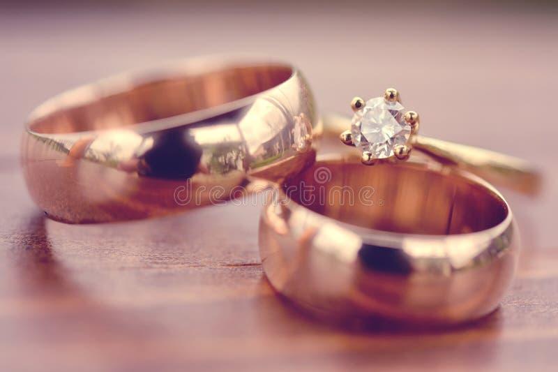 Schöne goldene Verpflichtung und Eheringe lizenzfreies stockbild
