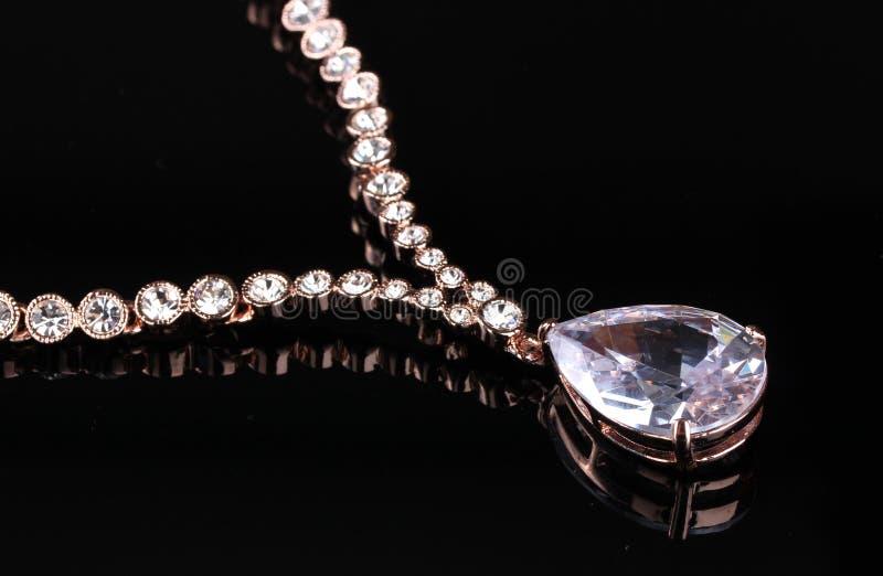 Schöne Goldhalskette mit Juwelen stockfotografie
