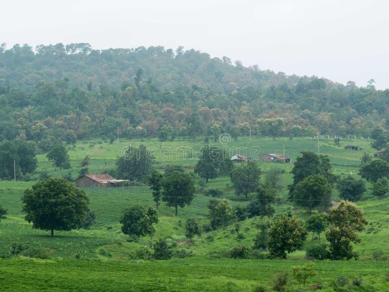 Schöne grüne Dorflandschaft im Berg lizenzfreie stockfotos