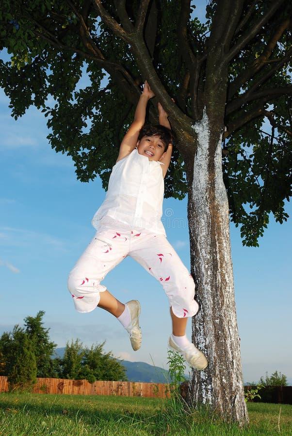 Schöne grüne Platz- und Kindaktivitäten stockfotografie