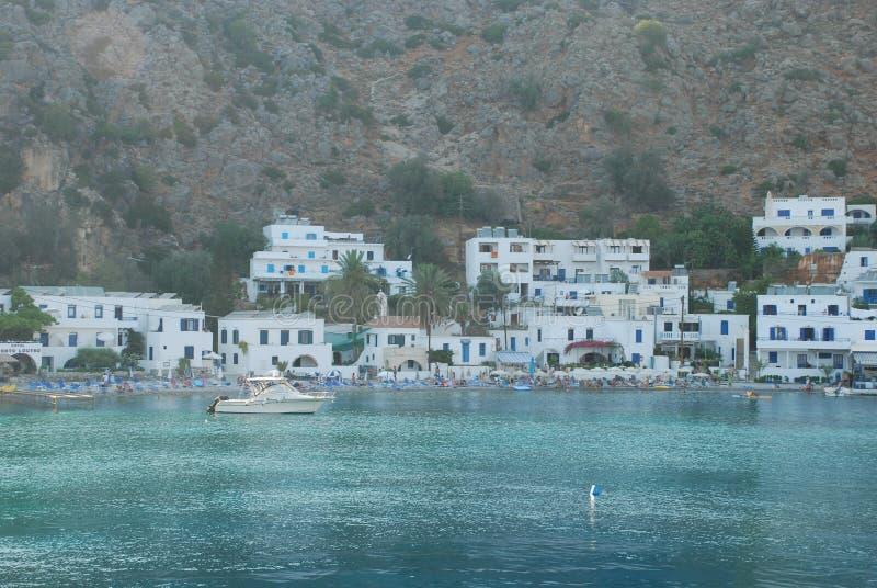 Schöne griechische blaue und weiße Häuser auf den Ufern von Kreta im Mittelmeer lizenzfreies stockfoto