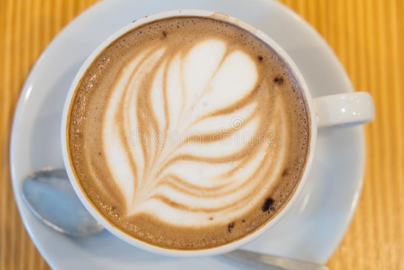 Schöne große Schale heißer Getränkkaffee stockbild