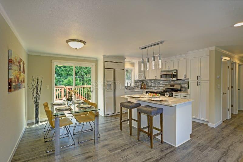 Schöne Großraumweiße Küche des zweiten Stocks mit dem Speisen des Raumes stockfotografie