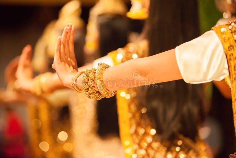 Schöne Hände von Apsara-Khmer tanzen, das Ramayana-epi darstellend stockfoto