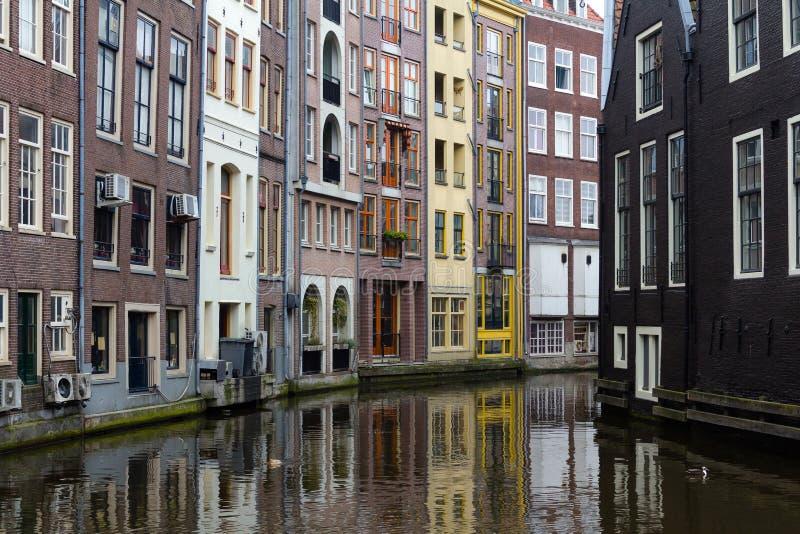 Schöne Häuser auf einem Kanal in Amsterdam, die Niederlande lizenzfreies stockbild