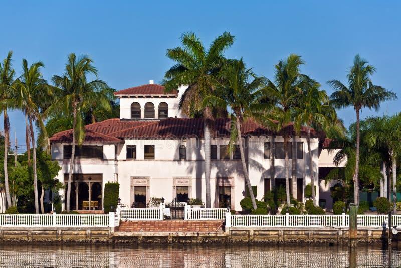 Schöne Häuser im Stadtzentrum gelegen in der Ufergegend stockfotografie