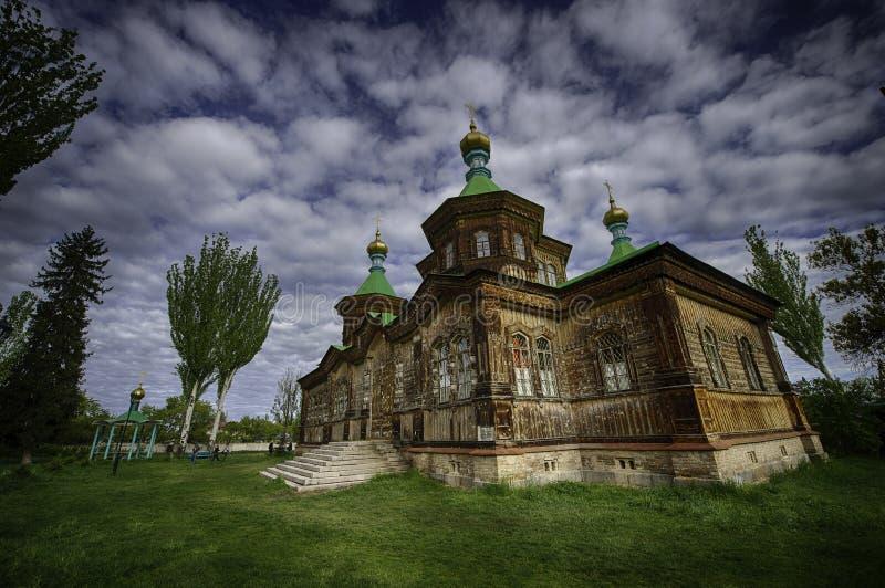 Schöne hölzerne Kirche in Kirgisistan stockbilder