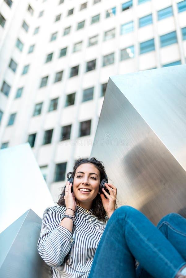 Schöne hörende Musik des jungen Mädchens auf Kopfhörern Kopieren Sie Platz lizenzfreie stockfotos