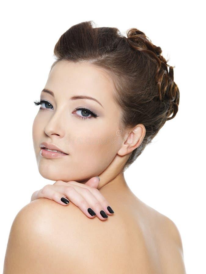 Schöne hübsche Frau mit schwarzen Manikürenägeln stockbild