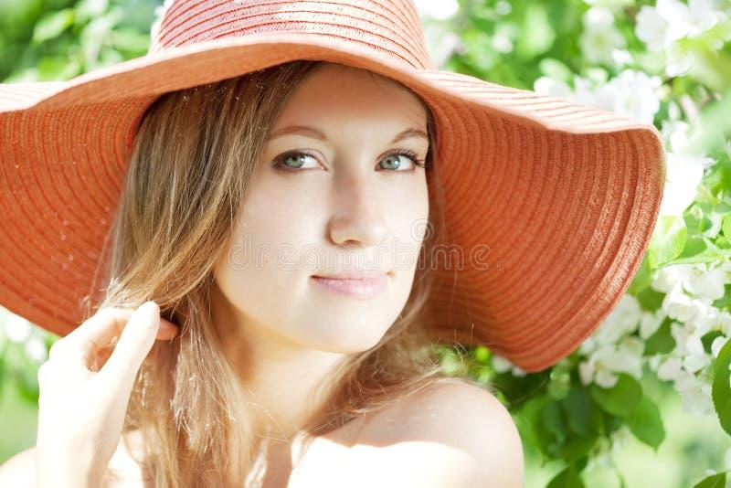 Schöne half-naked Frau unter blühenden Gärten lizenzfreie stockfotos