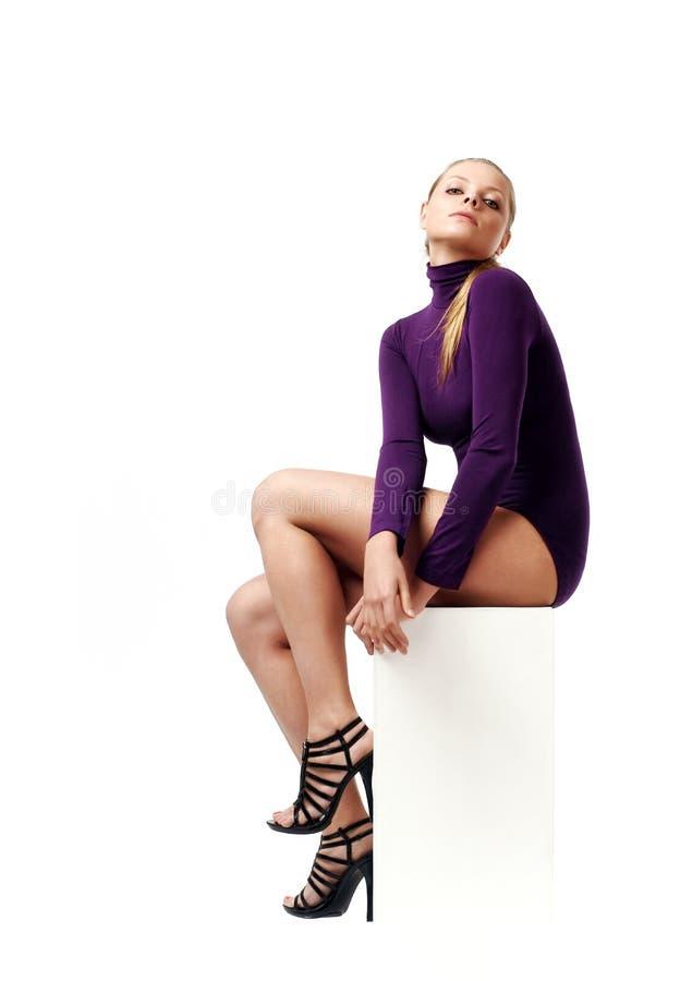 Schöne Haltung der jungen Frau lizenzfreie stockbilder