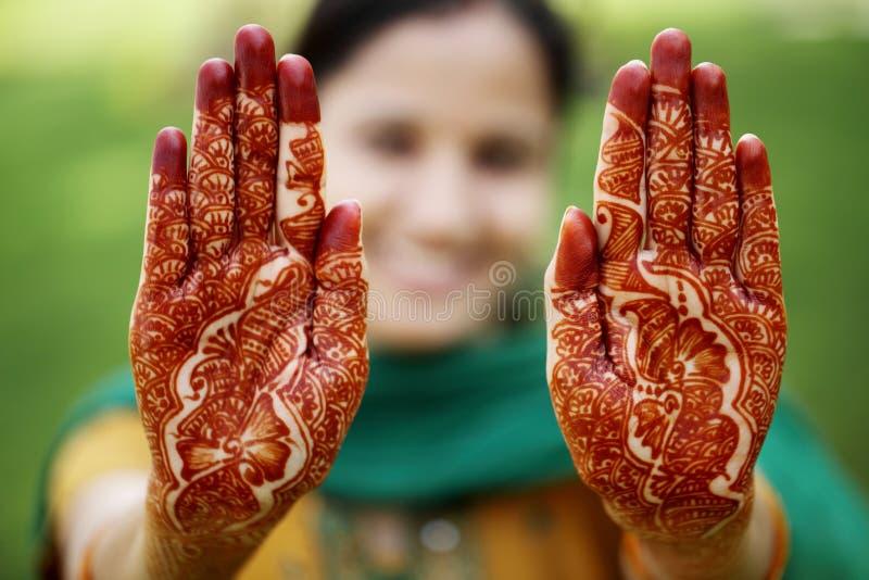 Schöne Hand mit Hennastrauchdesign stockfoto