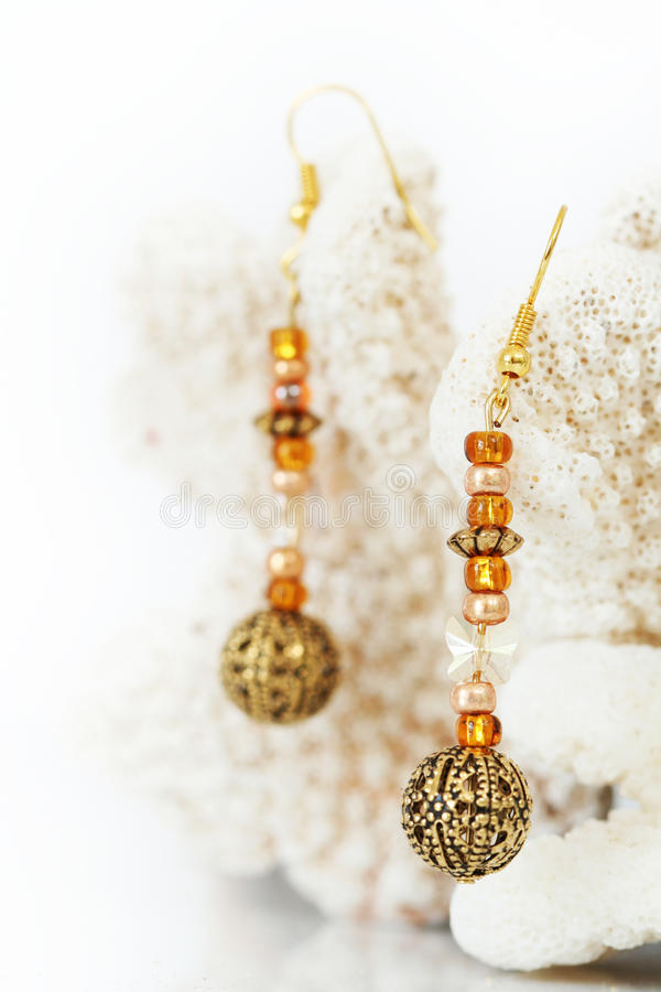 Schöne handcrafted Ohrringe stockbilder