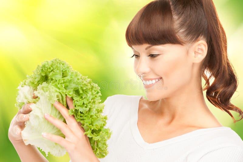 Schöne Hausfrau mit Kopfsalat lizenzfreies stockbild