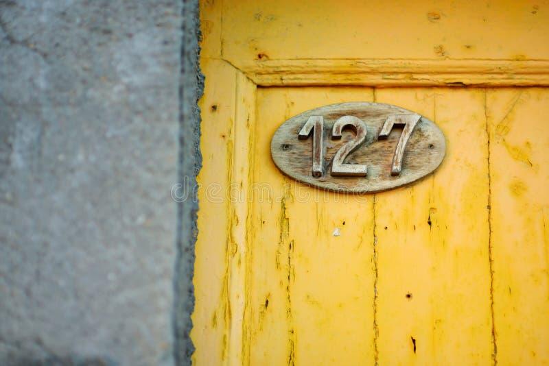 Sch?ne Hausnummer auf der Stra?e von Riomaggiore, das gr??te der f?nf Jahrhunderte alten D?rfer von Cinque Terre, Italiener stockfotografie