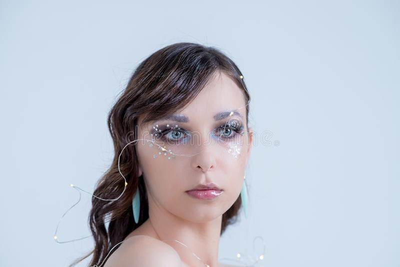 Schöne Haute Couture bilden Frisurenfunkelnphantasie mit dem Kristallfunkeln blinzeln, perlen, Perlen, Girlande, Gellippen lizenzfreies stockfoto