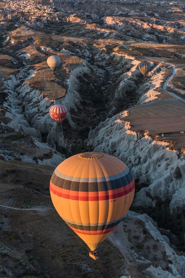 Schöne Heißluftballone, die über Cappadocia, die Türkei fliegen lizenzfreie stockbilder