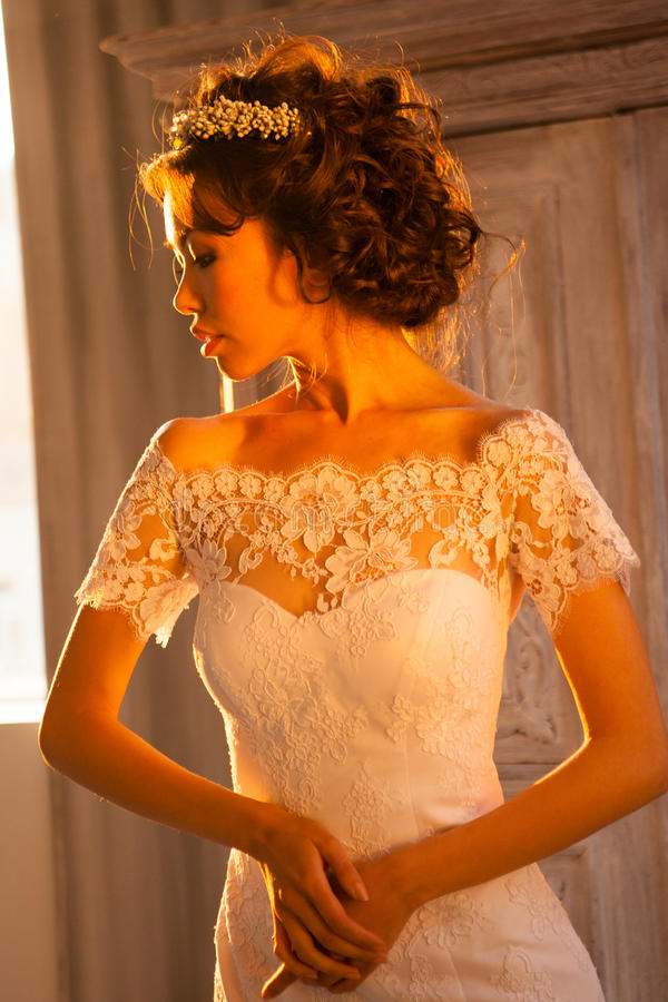 Schöne heiratende Bräute stockfotografie