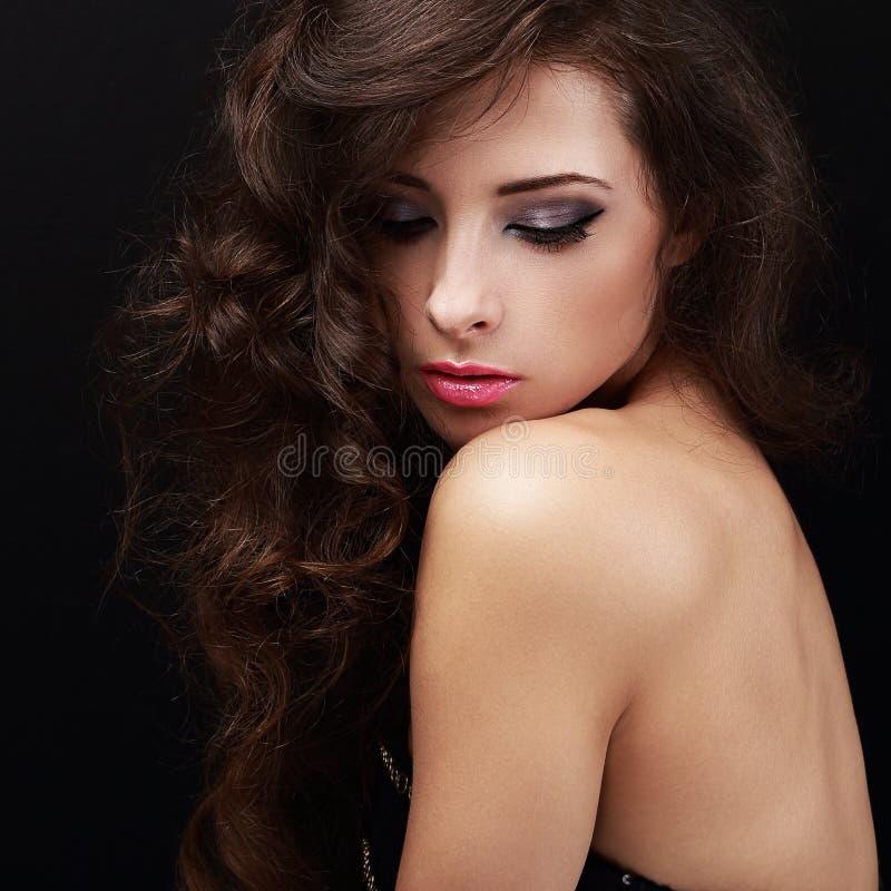 Schöne helle Make-upfrau mit dem gelockten braunen Haar stockfotografie