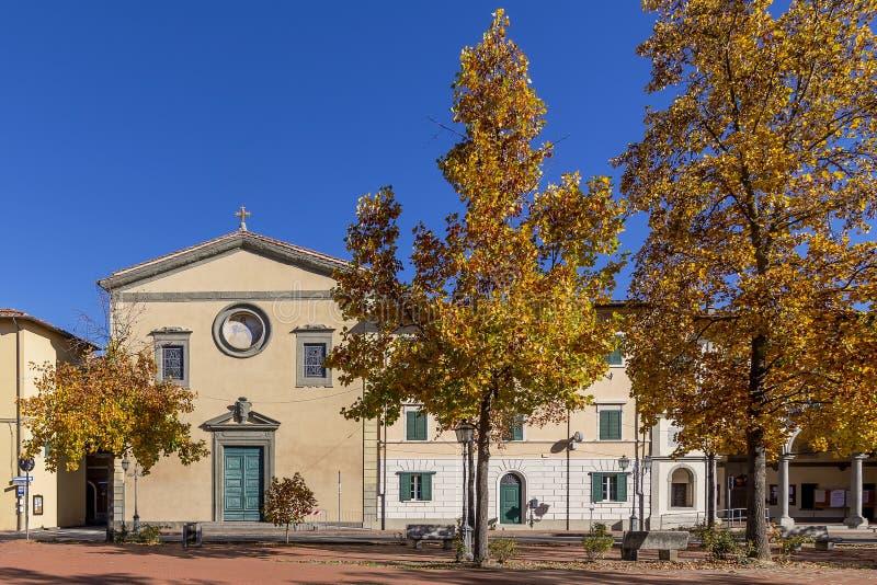 Schöne Herbstansicht des Marktplatzes Vittorio Emanuele II und die Gemeinde von Santa Maria Assunta in Bientina, Pisa, Italien stockbilder