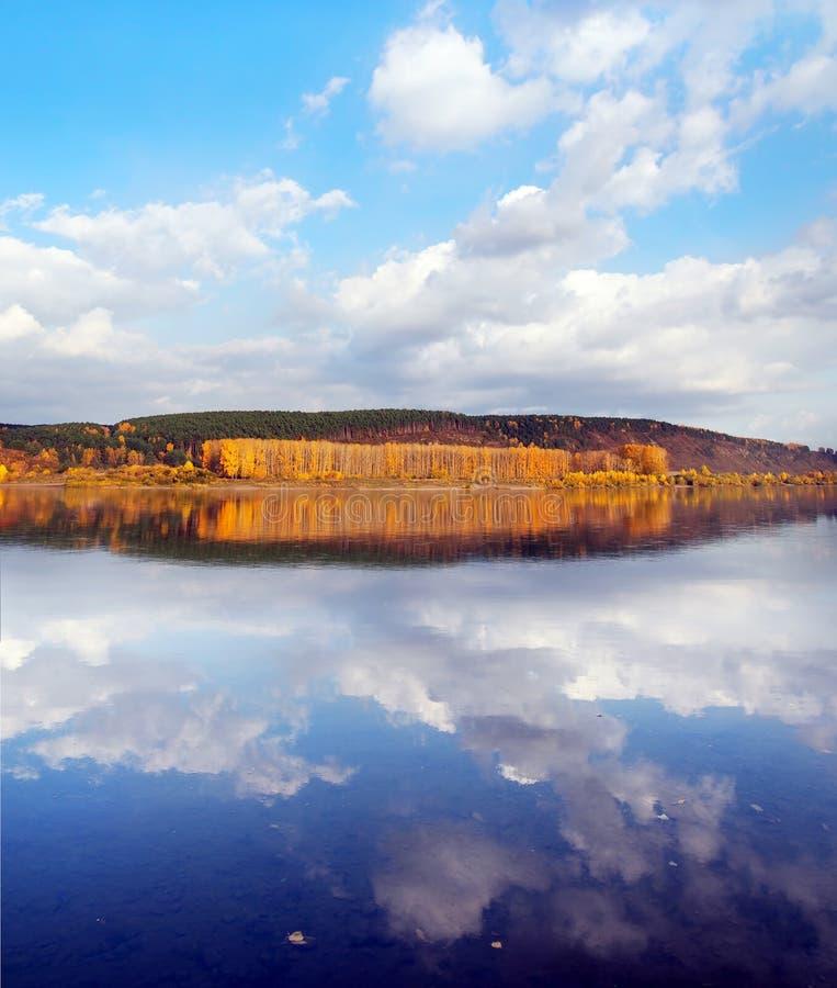 Schöne Herbstlandschaft mit Reflexionen von Wolken im Wasser und heller Gelber Fluss haben ein Bankkonto lizenzfreie stockbilder