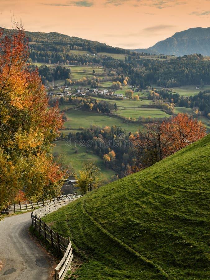Schöne Herbstszene nahe Villandro-Dorf Trentino die Alt-Etsch, Bozen, Italien stockbild