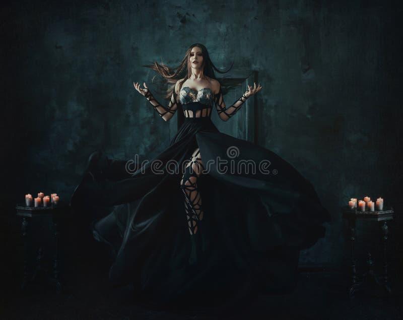 Schöne Hexe, die in die Luft schwimmt stockbild