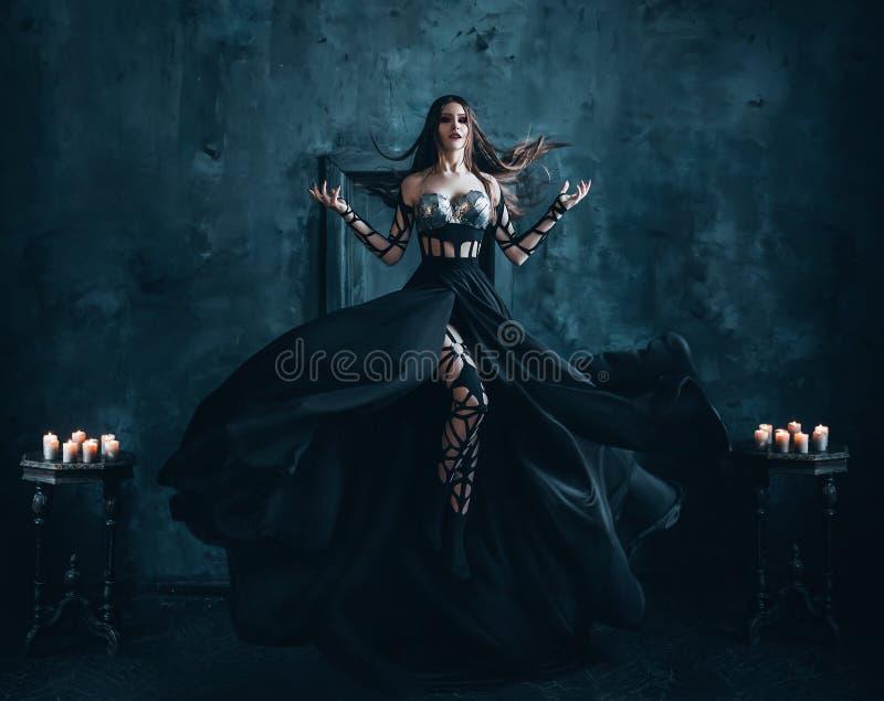 Schöne Hexe, die in die Luft schwimmt stockfotos