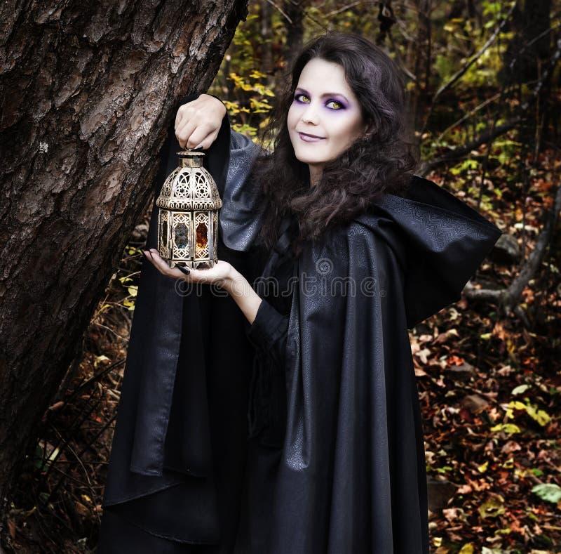 Schöne Hexe im Wald lizenzfreies stockbild