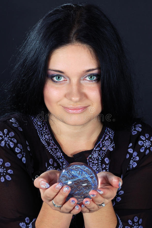Schöne Hexe mit magischer Kugel lizenzfreie stockfotos
