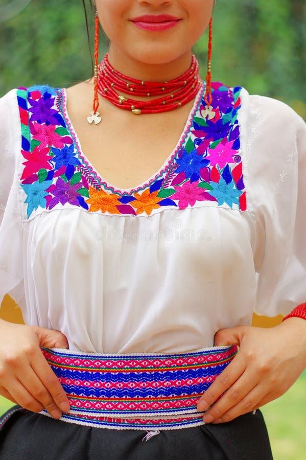 Schöne hispanische Frau der Nahaufnahme, die schwarzen Rock, traditionelle weiße Andenbluse mit bunter Dekoration herum trägt lizenzfreie stockbilder