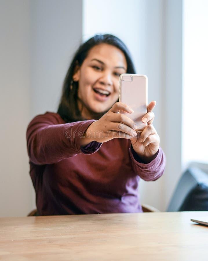 Schöne hispanische Frau, die ein selfie nimmt stockbilder