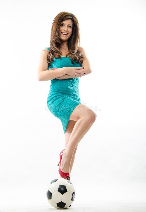 Schöne hispanische Fußballmutter stockfoto