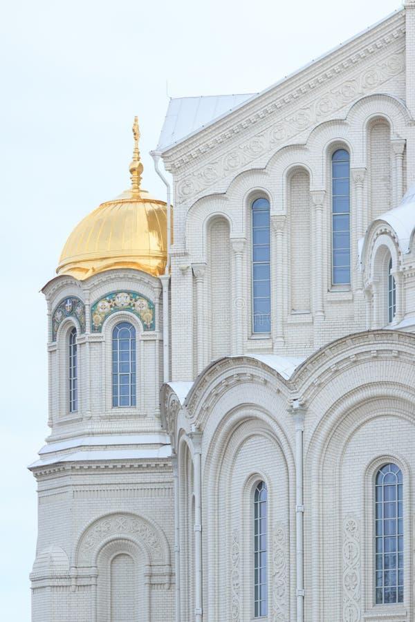 Schöne historische Kathedrale mit Bogenfenstern und -golden Dome lizenzfreie stockfotos