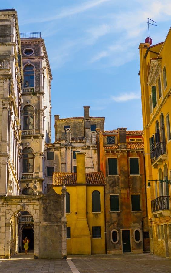 Schöne historische Straßen mit Altbauten des Venedig-Fotos ohne Touristen stockfoto
